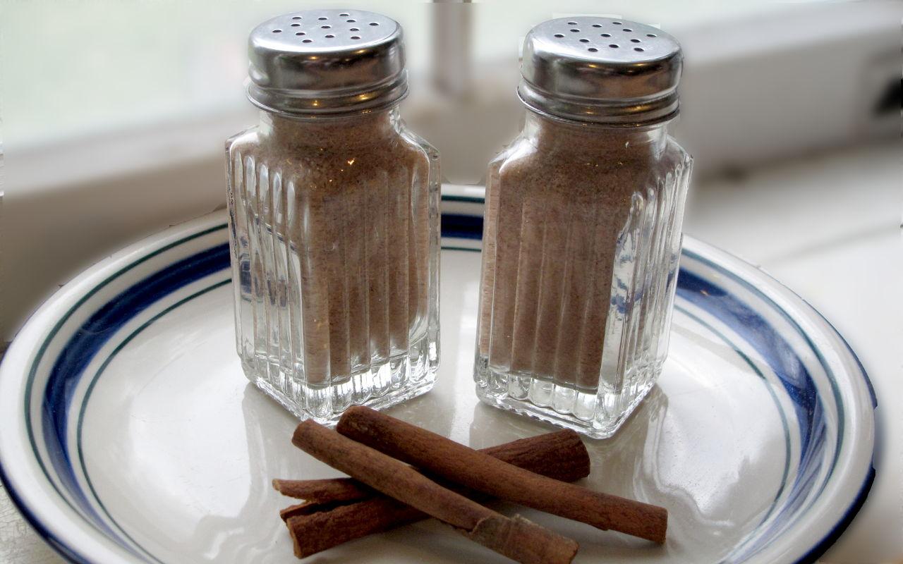 Two shakers full of Cinnamon Kidsweet™
